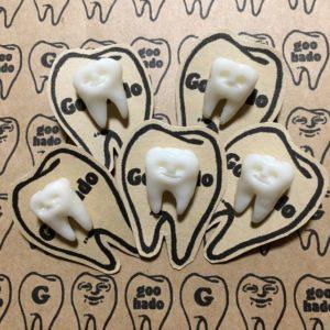 歯のピンバッチ